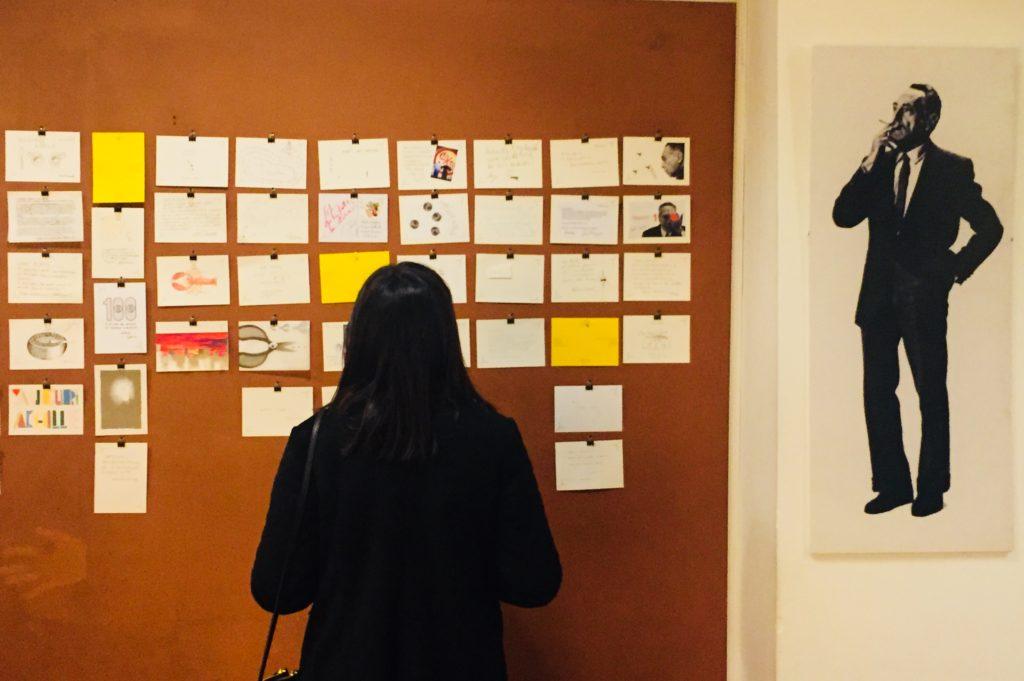 """Ogni designer ha ricevuto come invito cartaceo, una cartolina, che è stata trasformata da ognuno in un personale biglietto di auguri, attuando una vera e propria operazione di ready made """"alla Castiglioni""""."""